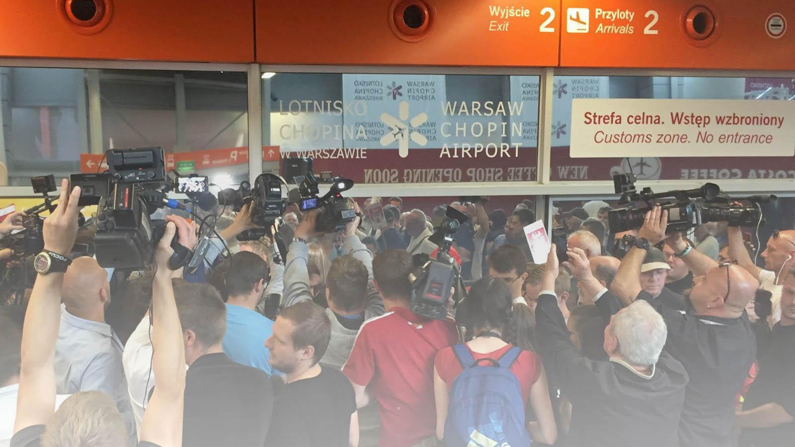 Dziennikarze w hali przylotów Lotniska Okęcie w Warszawie